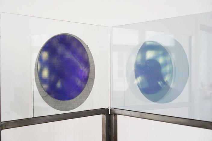 Zwischenbilder, 2018, Stahl, dichroitisches Glas, Siebdruck auf Glas, Folie auf Glas.
