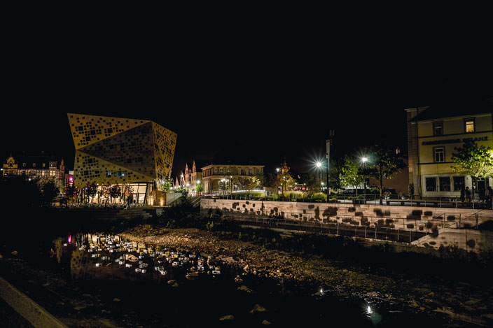 Skotome, 2016, Lichtinstallation im  öffentlichen Raum, ca. 140 schwimmende Gold- und Silberobjekte geerdet an verspiegelten Steinplatten, drei Profilscheinwerfer