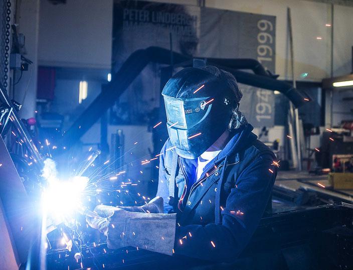 Foto eines Kunstschmieds bei der Arbeit mit dem Schweißgerät