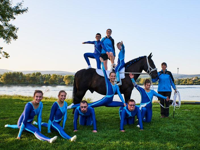 Special Olympics Mannschaft mit Vierbeiner Aragon und Trainerinnen Sigrid und Pia am Rhein