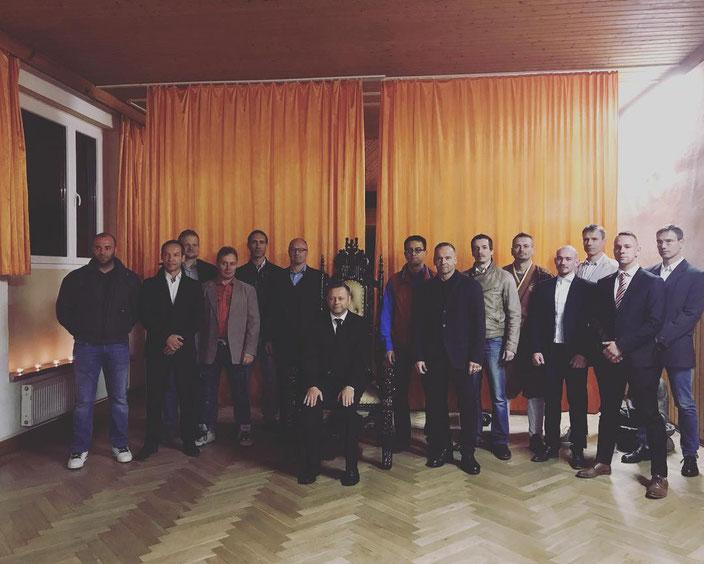 GM Andreas Hoffmann sitzen, mit seinen Meisterschülern 2018 in der Schleiz