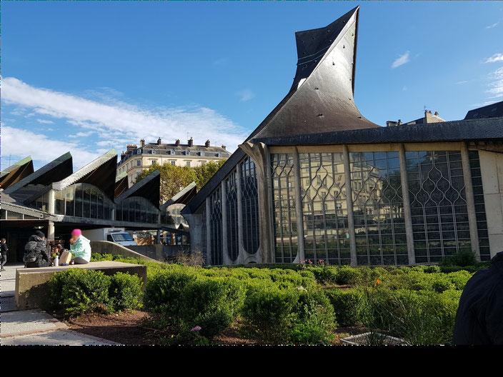 L'église moderne Jeanne d'Arc et le marché couvert, tous les deux inaugurés en 1979