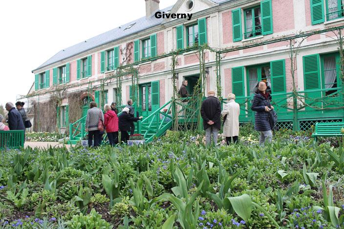 La maison de Claude Monet est presque aussi colorée que ses jardins : une façade rose aux volets verts !