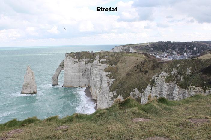 Le falaises d'Etretat sont de hautes falaises blanches aux formes impressionnates d'arches et d'aiguilles...