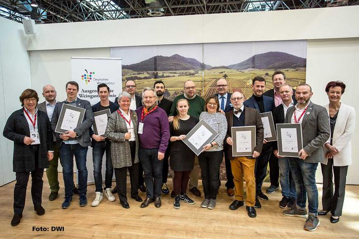 Alle Preisträger mit Juroren, sowie Monika Reule (DWI), Andreas Kaul (DWI) und Otto J. Völker (SELTERS)