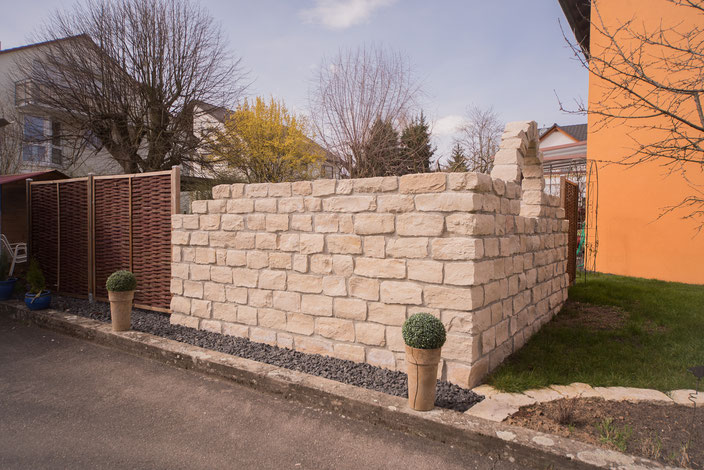 Sichtschutzwand mit integriertem Mauerbogen