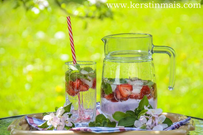Karaffe und Glas mit aromatisiertem Wasser