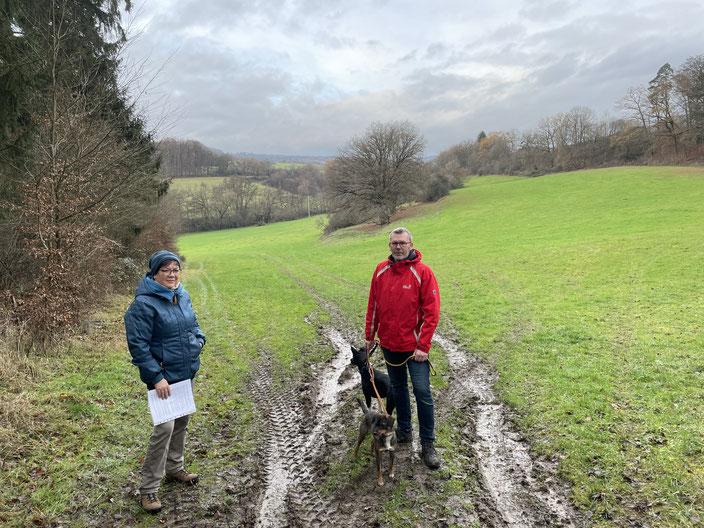Sabine Hirler und Marc Hannappel bei der Ortsbegehung in Niederzeuzheim am 4.12.2020. Die Beiden stehen auf dem einzigen Zugang zur HALM-projektierten Wiese. Durch einen Radweg könnte ein Großteil der Fläche nicht mehr bewirtschaftet werden.