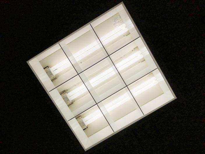 修理(安定器交換)が完了して正常に点灯するようになった天井埋込型の照明器具