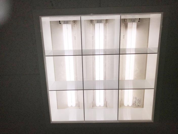 修理(安定器交換)して再び点灯するようになった「埋込スクエア型照明器具(3灯タイプ)」
