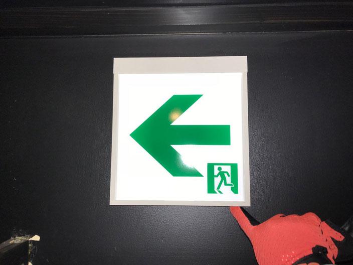 ビル内テナント飲食店に交換設置させて頂いたLEDタイプの避難誘導灯の点灯確認
