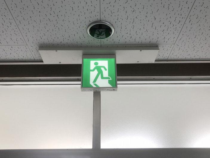 交換工事が完了したLEDタイプの避難誘導灯