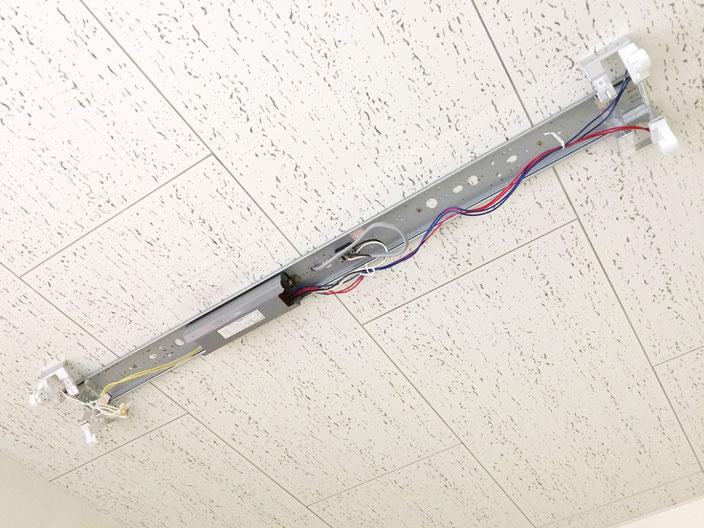 修理(安定器交換)が必要になった照明器具(天井直付け型)の内部