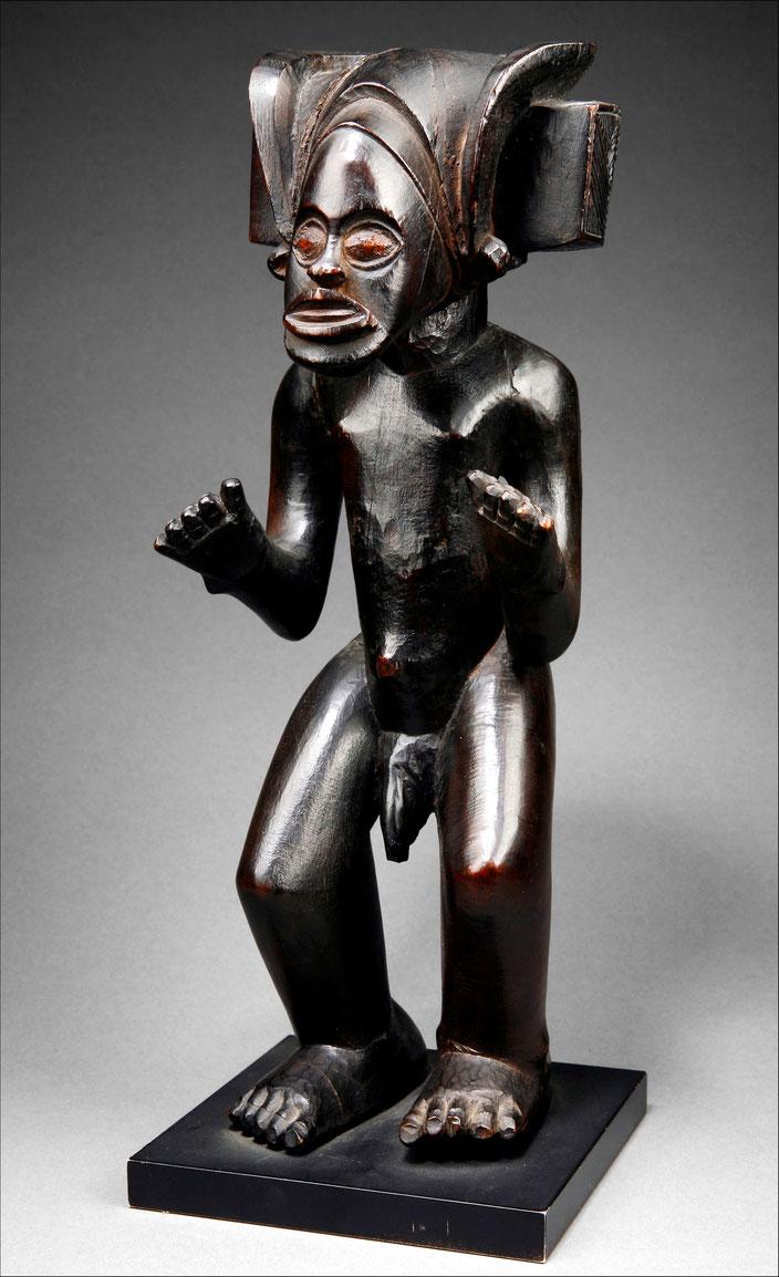 Wooden Chokwe statue of the civilising hero Tshibinda Ilunga, Angola • H. 35 cm • Private collection