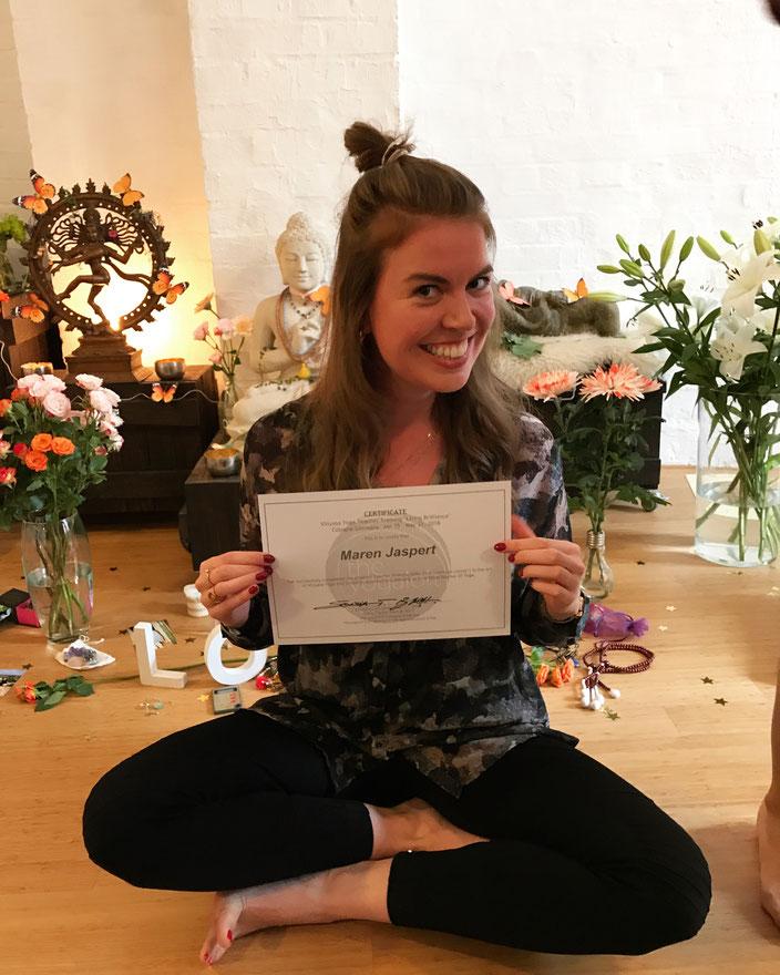 Maren als stolze zertifizierte Yogalehrerin :)