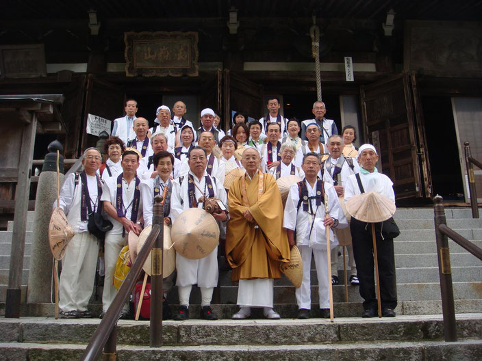 清水寺本堂前で清水谷住職と記念写真