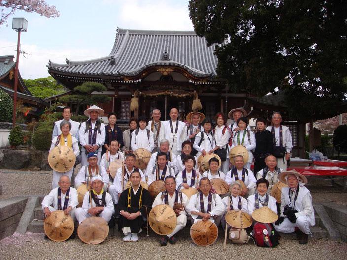 帝釈寺でお接待をいただいた人たちと出発前の雄姿です