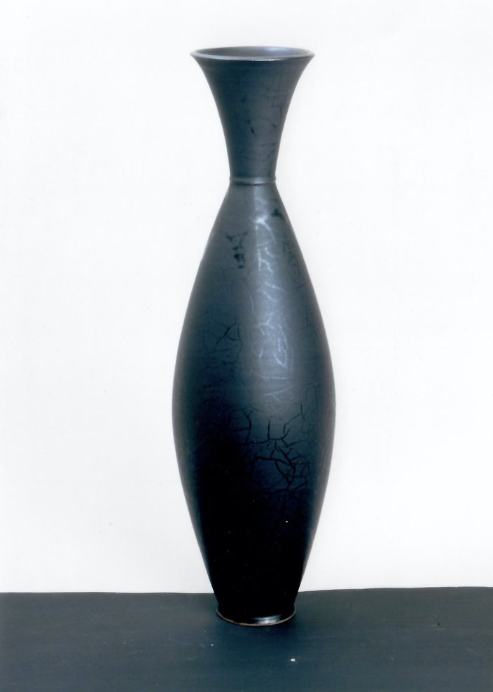 "2003 Vase ""Ugona C. "" 58cm, turned, black glaze with red craquelé / Photo: Bernd Kuhnert"