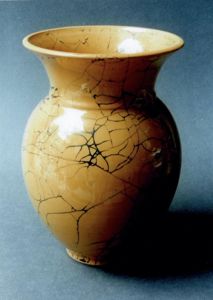 "2005 Vase ""Andra"" 27cm, turned, yellow glaze with black craquelé / Photo: Gerhard Zwickert"