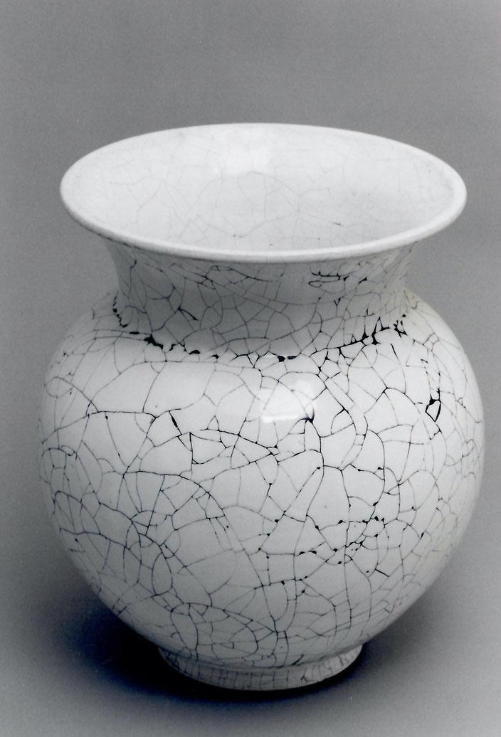 "2006 Vase ""Assawia"" 45cm turned, white glaze with black craquelé / Photo: Gerhard Zwickert"