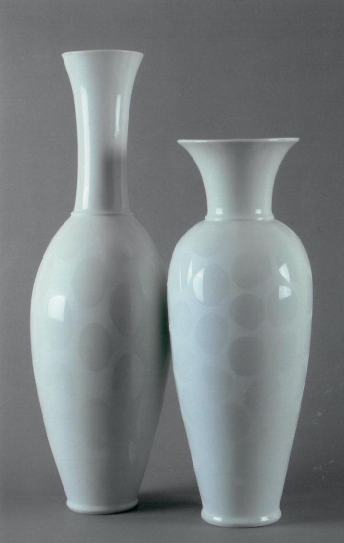 "2001 Vases ""Ifeoma"" and ""Portemone"" porcelain, 64cm / 51cm cast, photo: Bernd Kuhnert"