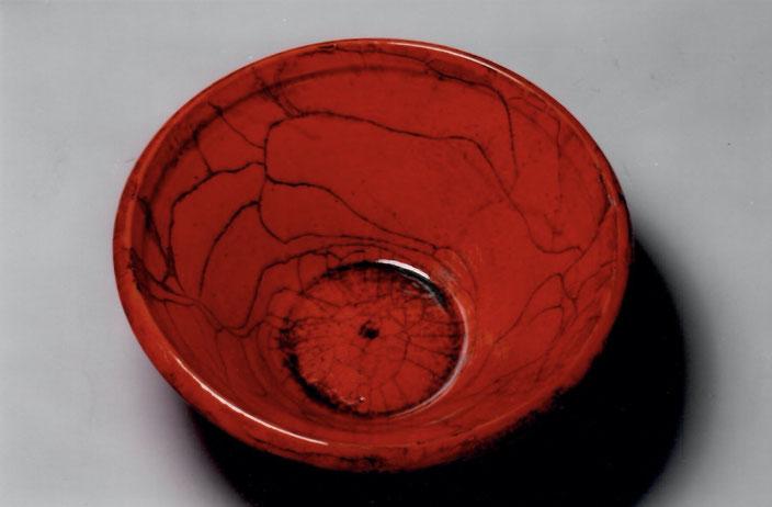 2005 Bowl diameter: 50cm turned, red glaze with black craquelé / Photo: Bernd Kuhnert