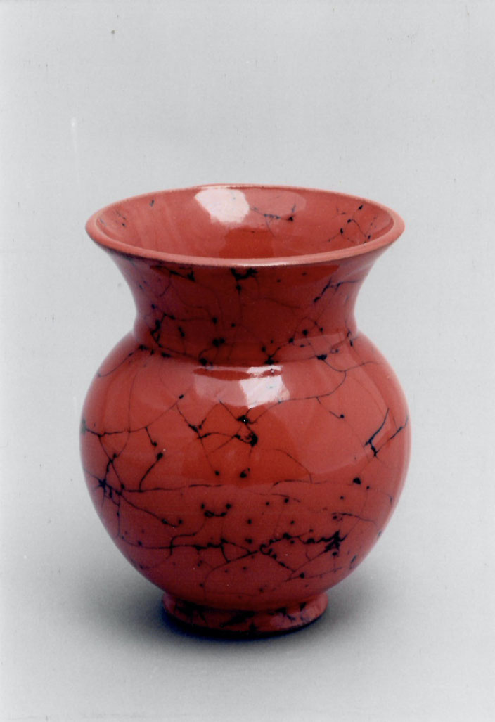 """2004 Vase """"Andra"""",  gedreht, rote Glasur mit 2004 Vase """"Andra"""", twisted, red glaze with black craquelé / Photo: Gerhard Zwickertschwarzem Craquelé / Foto: Gerhard Zwickert"""