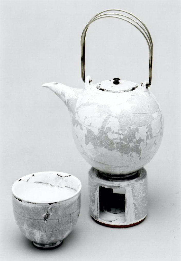 2003 tea set turned, white glaze with black craquelé / Photo: Gerhard Zwickert