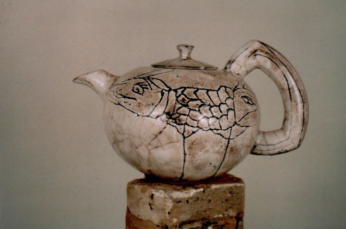 2001 tea pot turned, with incised drawing