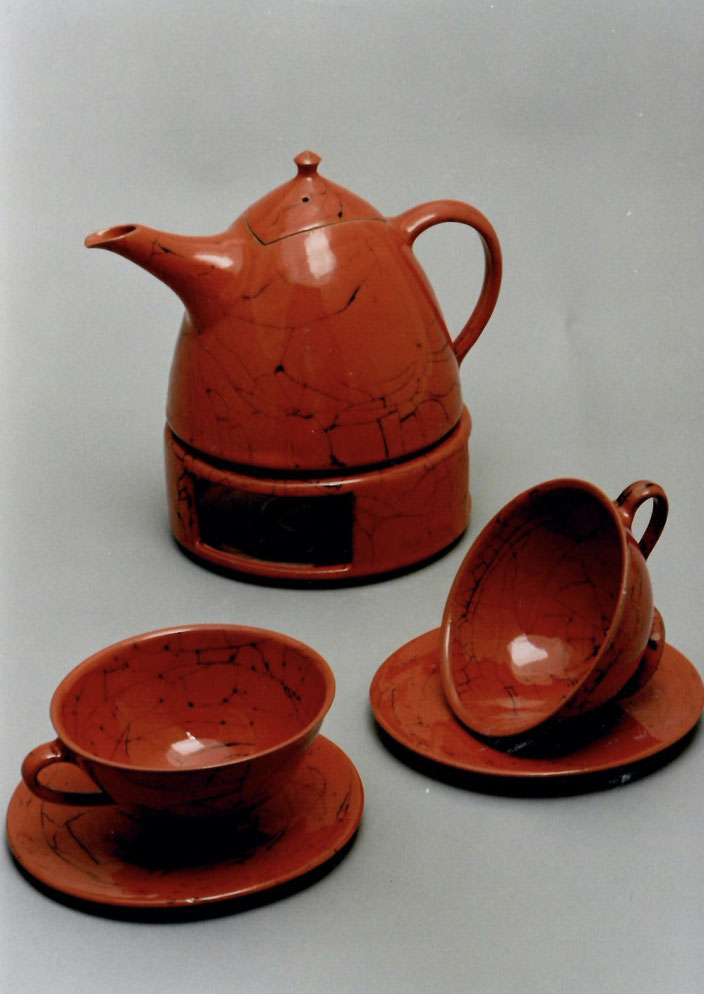 2004 Tea set turned, red glaze with black craquelé / Photo: Gerhard Zwickert