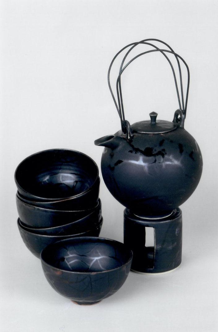 2003 Tea set turned, black glaze with red craquelé / Photo: Gerhard Zwickert