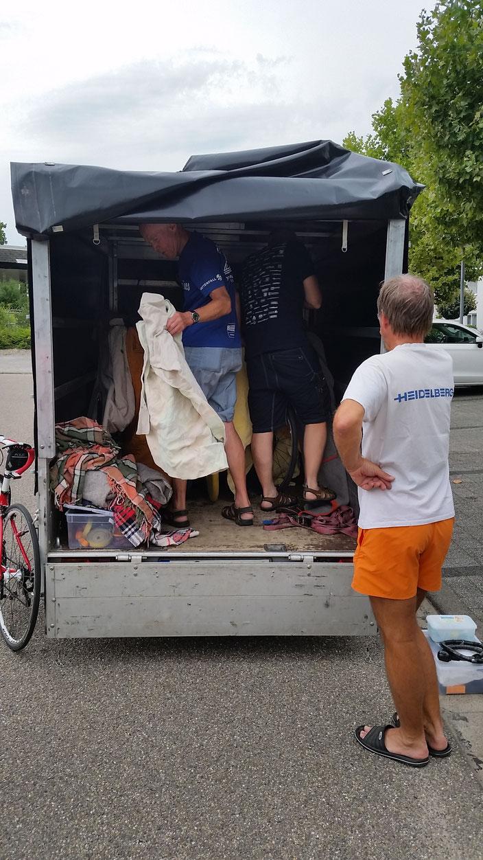 Georg und Thomas sorgen dafür, dass auch die Räder unbeschadet ans Ziel kommen.