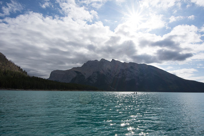 Lake Minnewanka mit dem Kajak oder Motorboot erkunden