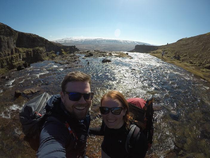 Marcus und ich in der Mitte des Flusses, oberhalb des Glymur.