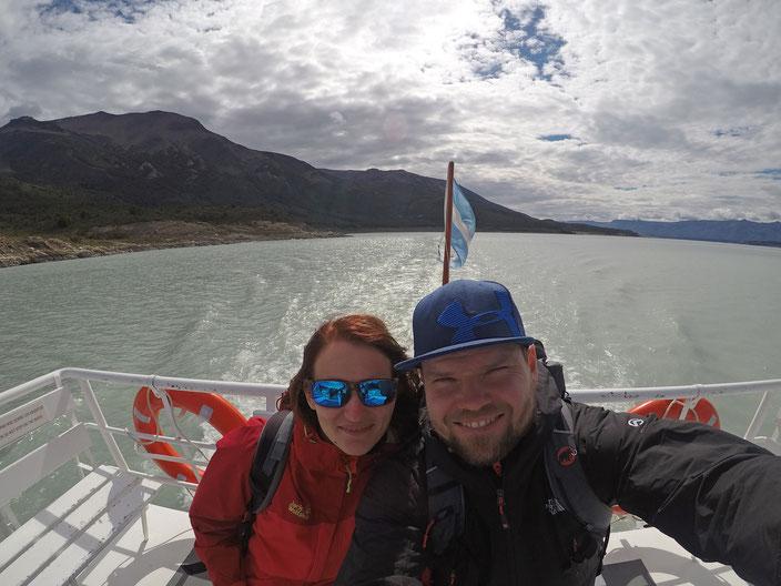 Brazo Rico ein Arm des Lago Argentino. Im Hintergrund die Flagge Argentiniens.