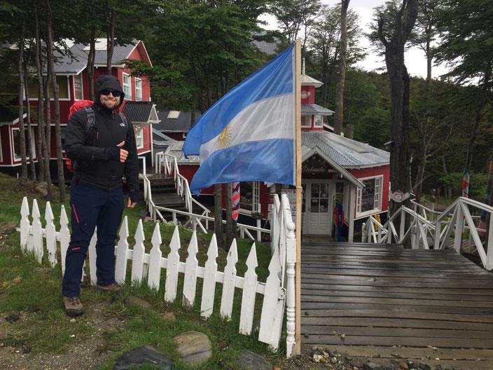 Ein kleiner Souvenirladen und das Teehaus gegenüber vom Skilift. Die Stämme der umliegenden Bäume, werden mit viel Liebe eingekleidet.
