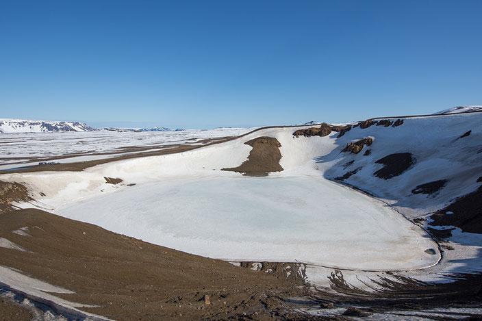 Vitikrater mit Schnee und Eis bedeckt. Bei warmen Temperaturen ist es türkis und leuchtet in der Sonne.