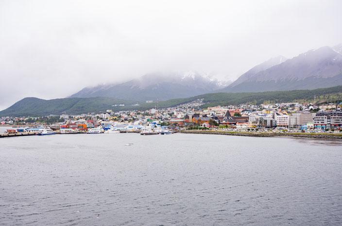 Die Berge liegen im Nebel und der Gletscher versteckt sich hinter ihnen, aber man kann den Weg erahnen.