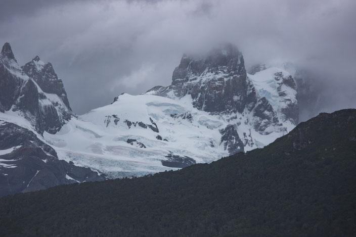 Wohin man auch sieht, überall im Fjord sind schroffe Gipfel mit Gletschern bedeckt.