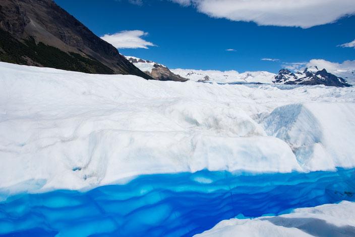 Eine mit Schmelzwasser gefüllte Gletscherspalte.