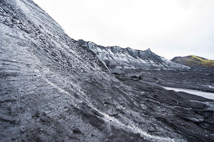 Das Schmelzwasser tritt aus allen Poren des Eises aus und bündelt sich unterhalb zu kleinen Flüssen.