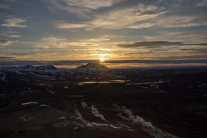 Nach einem kurzen, steilen Aufstieg habt ihr von oben eine tolle Aussicht über Námafjall.