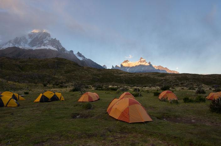 Refugio Paine Grande bei Sonnenuntergang.