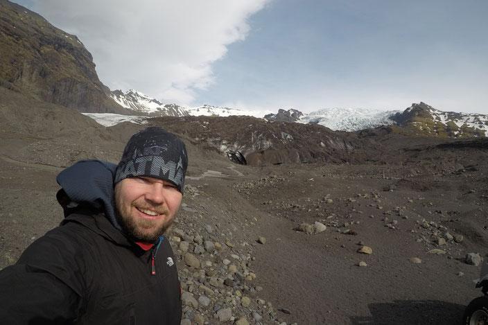 Der mit Asche bedeckte Berg ist Virkisjökull. Unter dem ganzen grau befindet sich das Eis und sogar eine kleine Eishöhle.