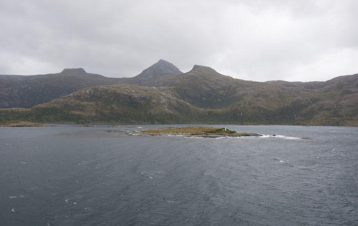 Unser Weg durch die Fjorde wurde von grauen Wolken und Regen begleitet.