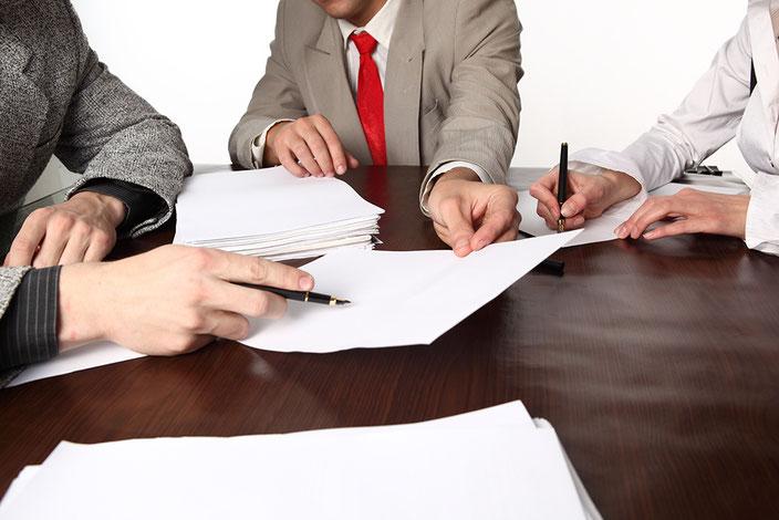 консультация  бесплатно, анализ документы,  ситуация, банкротство, стратегия, арбитражный суд,  управляющий контакты, ручка, лист бумаги, стол