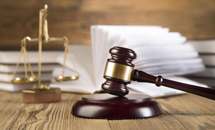 правосудие, справедливость, законность, закон, арбитражный суд, правила,  банкротство, процесс освобождение от долгов, списание долгов, банки, кредиты, судебные споры, молоток, весы,  стол