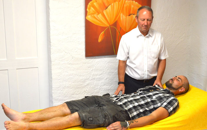 Das Medium Bill Thomson beim ausführen einer Heilbehandlung