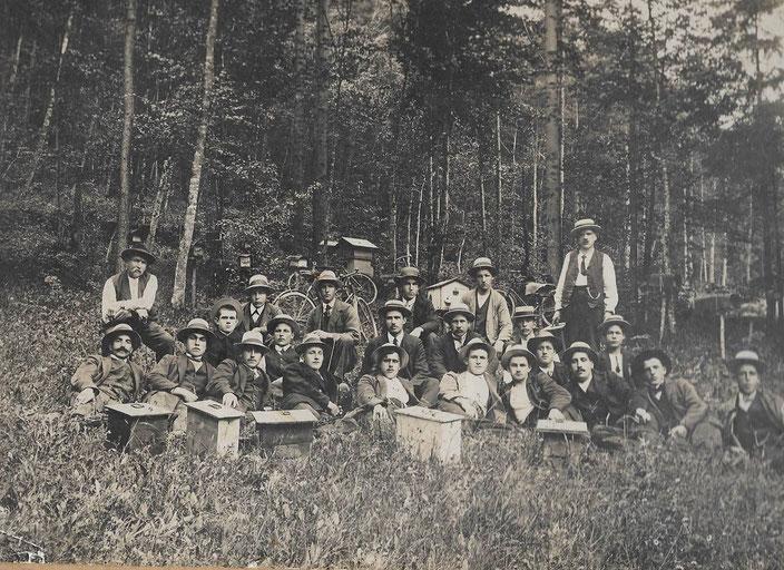 """Gruppenbild der Bienenzüchtervereins um 1925 im Ächtel. Die abgebildeten Kästen sind """"Belegstationen"""" zum Befruchten der Königinnen. 3. Mann von rechts ist  Hans Liechti, s Vizänze."""