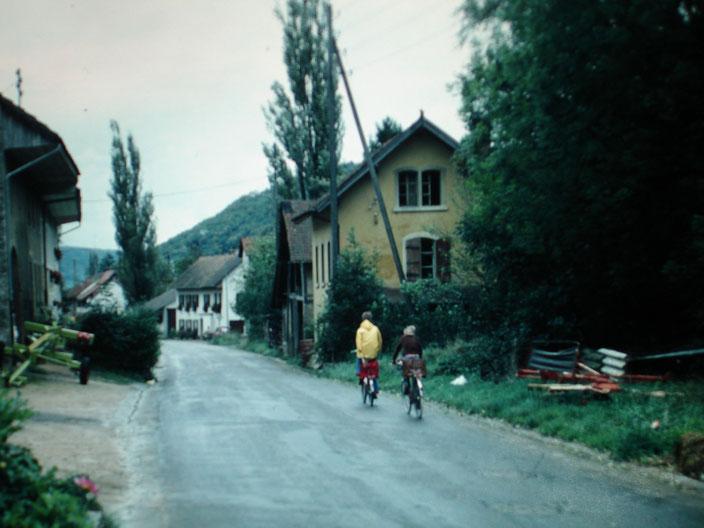 Die beiden Handwerksgebäude auf der rechten Strassenseite wurden im Zuge der Strassensanierung 1984 abgebrochen: Die Hafnerei Walde und die Boutique des Wagners Albert Böller. (Foto chb, ca. 1982)